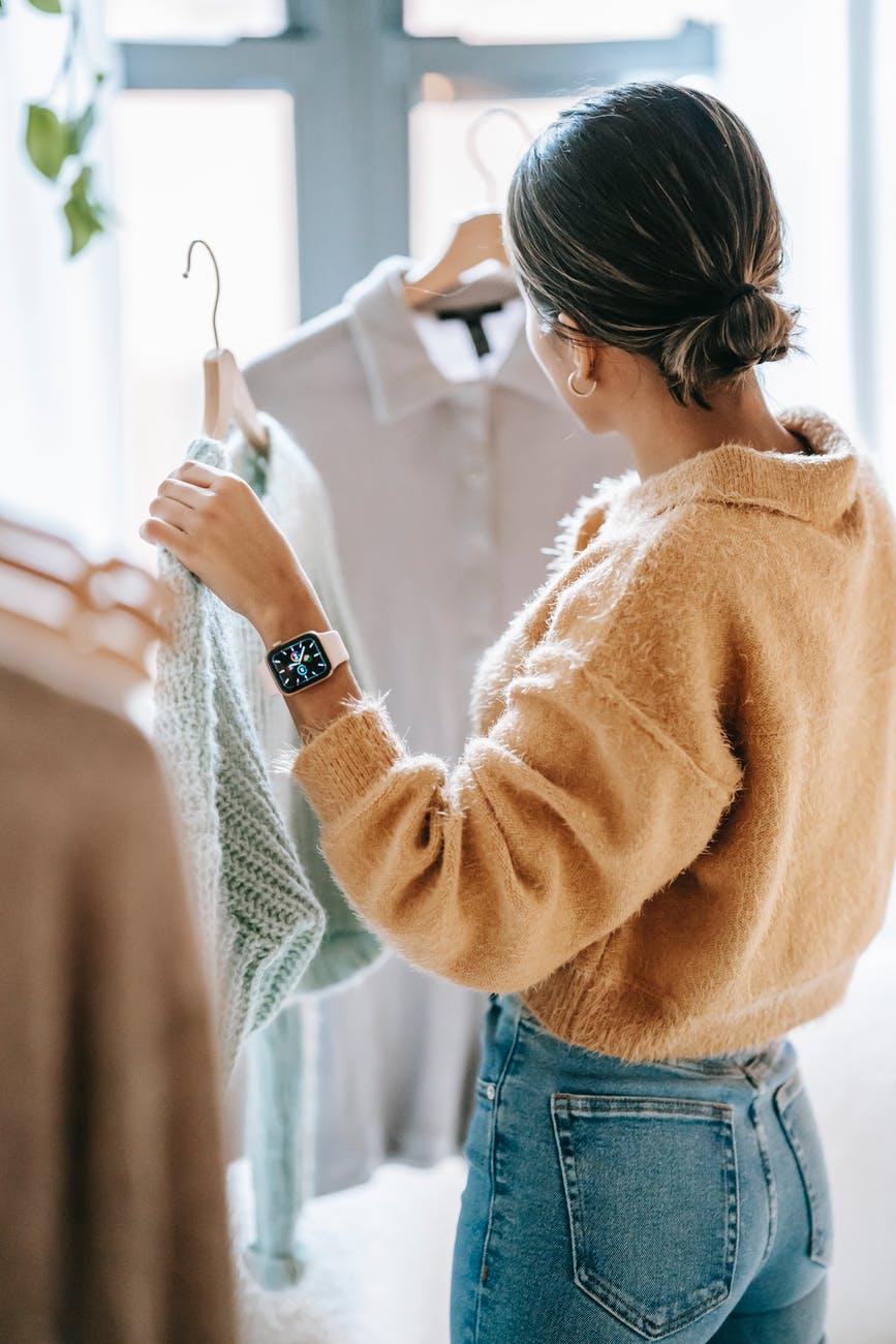 kvinde som skal vælge tøj