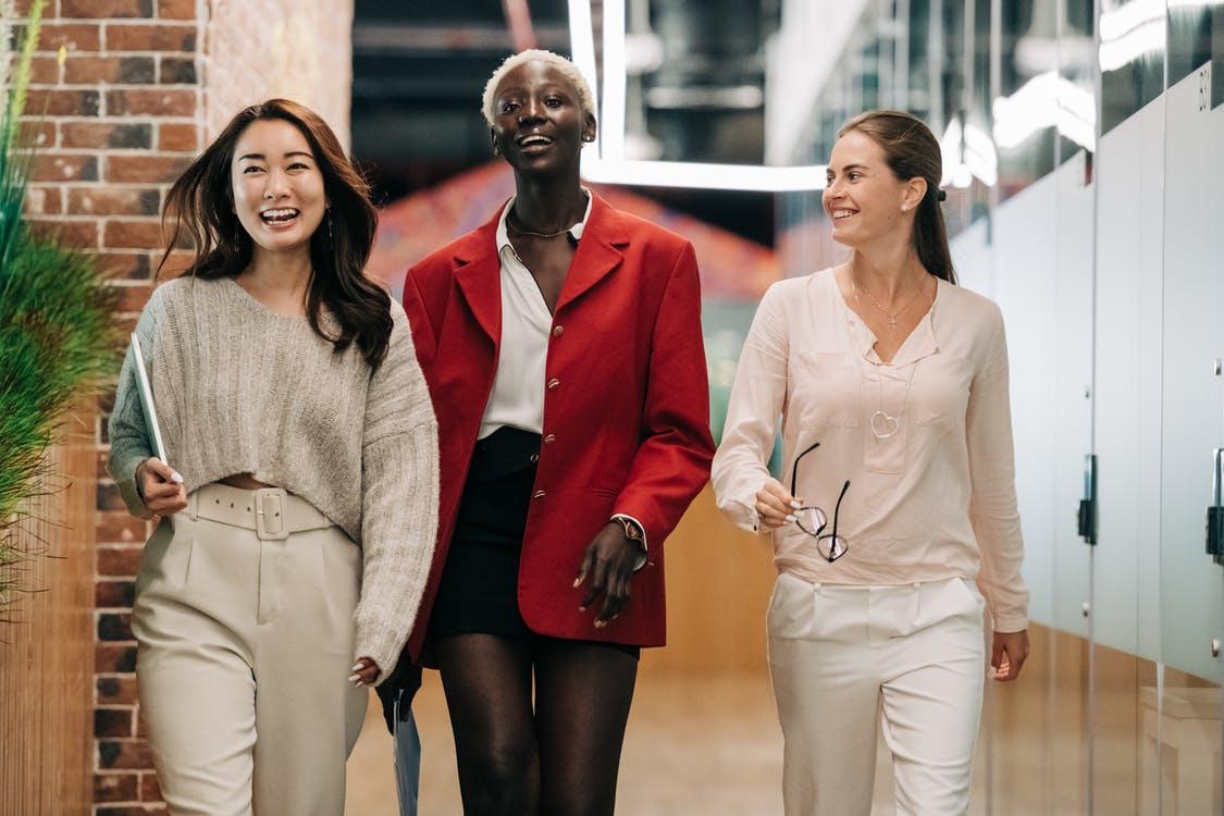 kvinder som går sammen i en gruppe